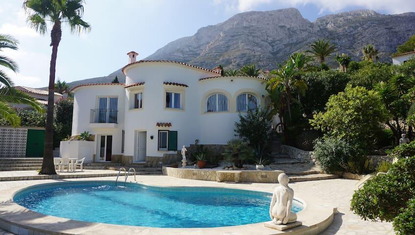 Villa de standing avec piscine; 8 couchages