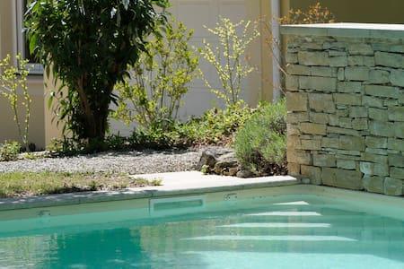 Nature et confort, villa avec piscine chaufée - Vila