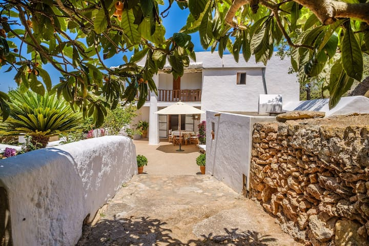Beautiful Holiday Home with Balcony, Garden & Wi-Fi; Parking Available