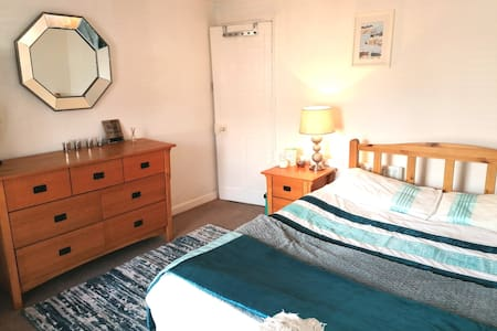 Double Room in a tranquil little cottage house.