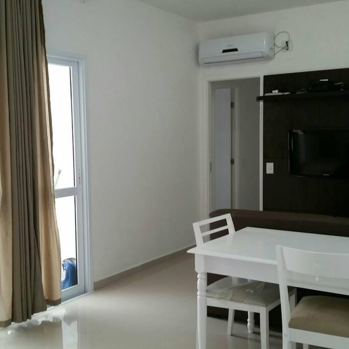 Sala ar cond invert silencioso painel e tv mesa