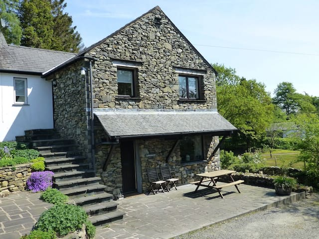 LATTERBARROW COTTAGE, Outgate, Near Ambleside - Hawkshead - Casa