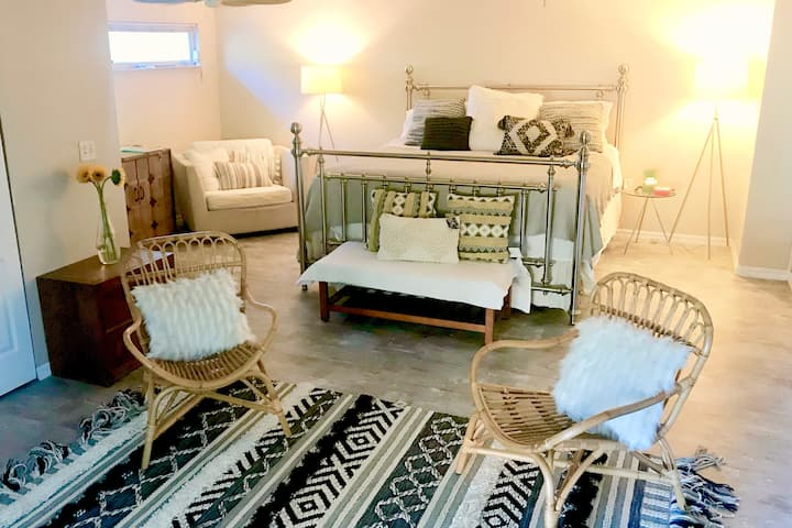 Downtown Garden Boho Suite, 10 min to Lido beach!