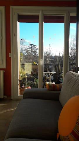 Salon avec canapé confort 4 places vue sur le jardin privé