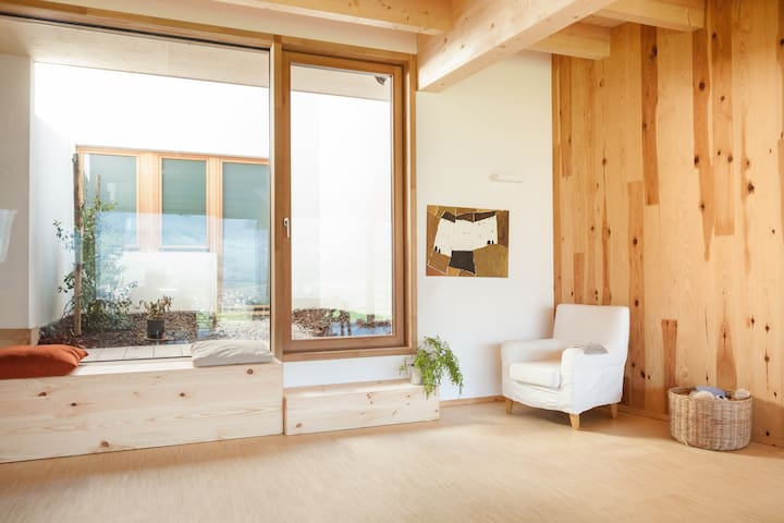 Room with a glass wall facing the woods - Poia - Bed & Breakfast