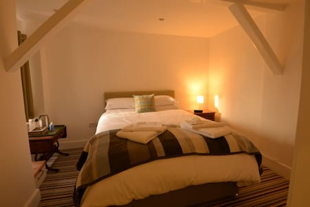 Bridge House Bed & Breakfast - Stretham - 家庭式旅館