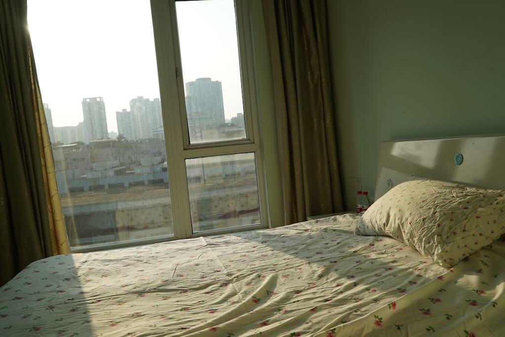 次卧 床铺1.5X2米 宜家羽绒枕头,新洗纯棉床单,温馨薄荷绿色调,阳光充足,超大衣柜储物,窗帘厚实 落地窗,视野宽阔
