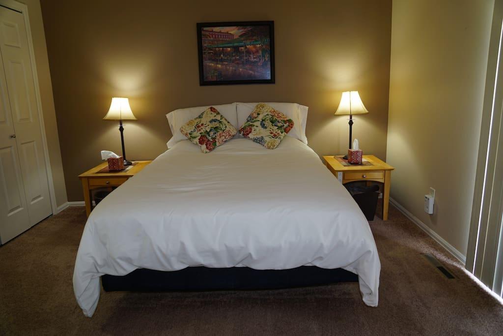Comfy Denver Mattress, Cozy down comforter, 4 sleeping pillows