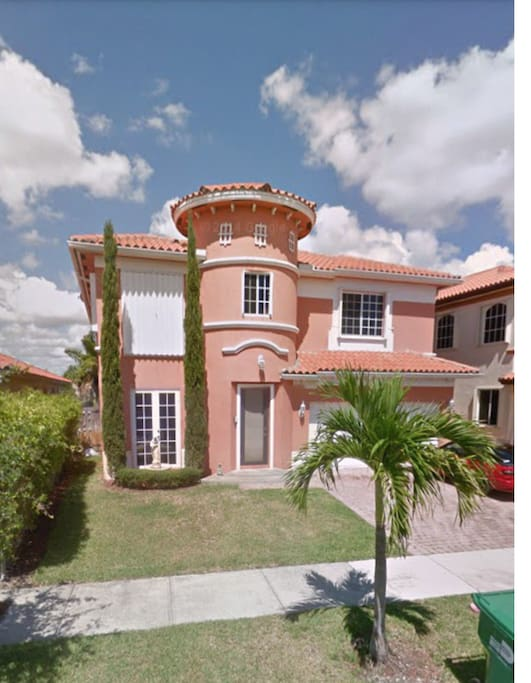 3 bedroom private bathroom everglades dolphinmall for Big houses in miami