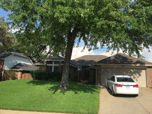 Private Room near DFW Airport - Grapevine - Huis