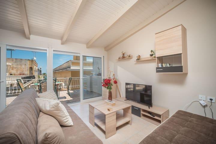 Σαλόνι με άνετο καναπέ και τηλεόραση