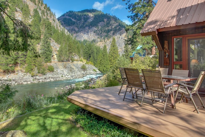 Picturesque riverfront home w/private hot tub, stunning river views!