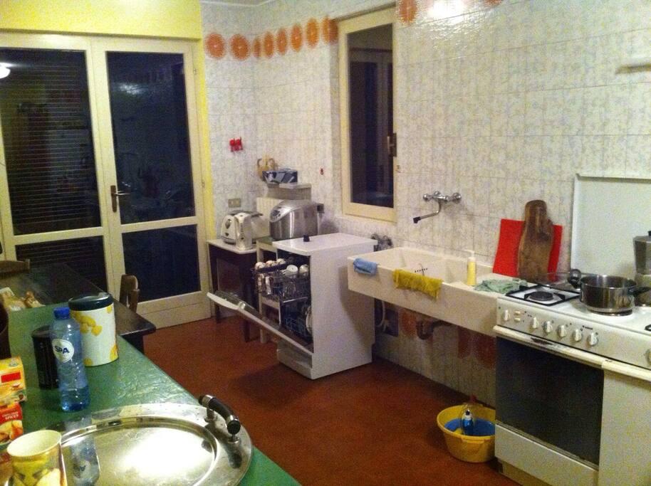 Keuken gedateerd maar alles aanwezig