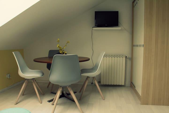 Partie salle à manger, avec une TV avec lecteur DVD intégré (quelques DVD disponibles sur place)