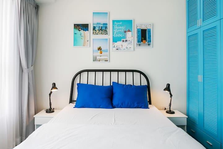 1st Bedroom with queen bed (1.6mx2m).