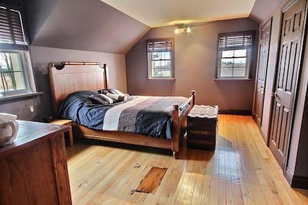 Private Room in Century old home - St-Eugène
