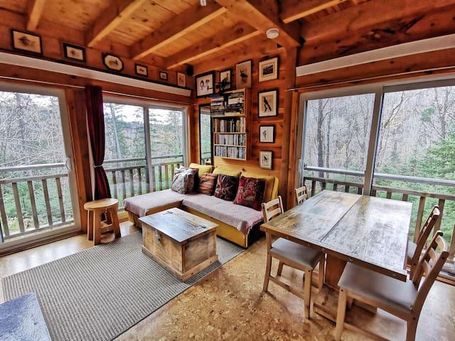 Une belle vue depuis le salon comme la salle à manger pour apprécier la nature grâce aux immenses fenêtres