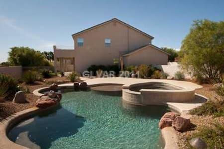 Quaint Escape w/pool + Amenities - Las Vegas - House