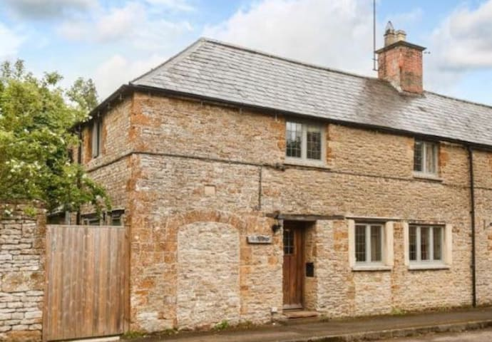 Charming 18th Century Cottage - 4 mins Soho Farm