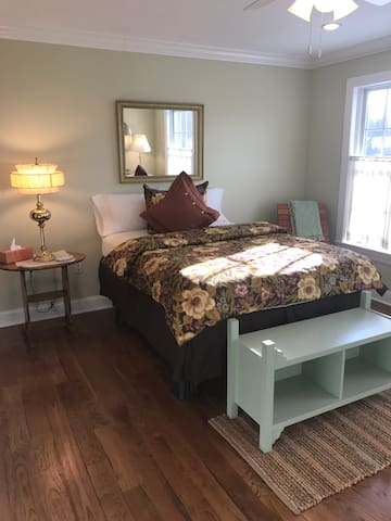 Clean & Cozy. Welcome to Historic Wilton, CT! - C