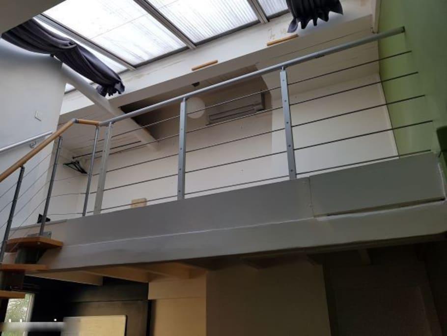 logement atypique sous les toits de montmartre lofts louer paris le de france france. Black Bedroom Furniture Sets. Home Design Ideas