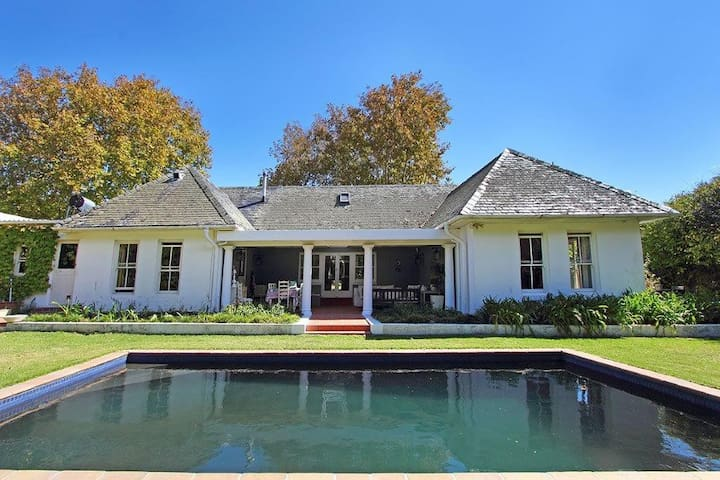 Tranquil home, pool & beautiful garden (own water)