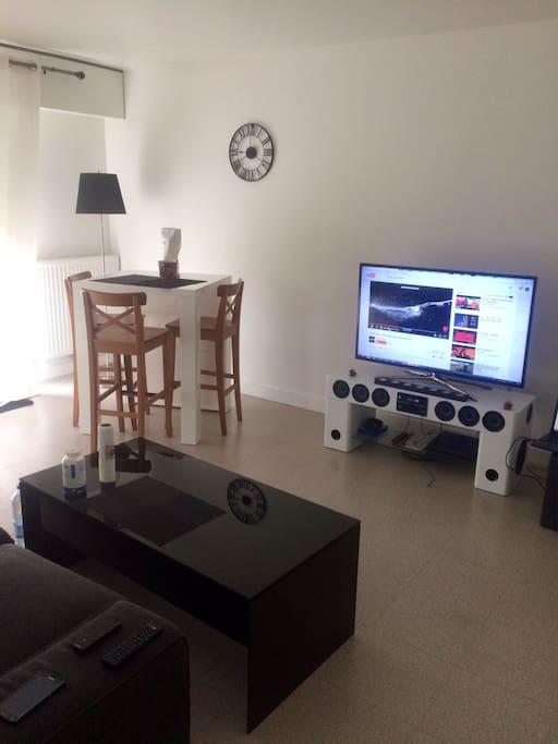 Grand salon avec table basse, Tv et table haute