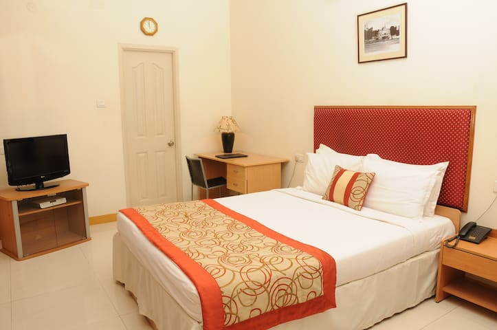 Luxurious Stay in Mylapore Queen Bedroom 5 of 6