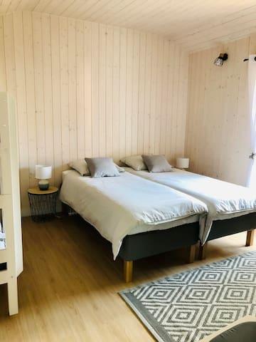 Chambre 2 : Lits jumeaux et lits superposés avec dressing
