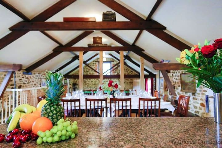 COOMBE FARM LODGE   8 Bedrooms