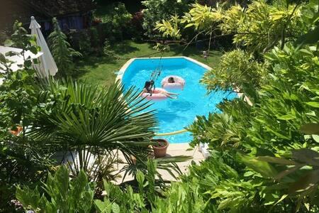 Maison de village entre lac et montagne, piscine
