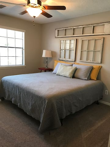 King bed with private bath. - Houston - House