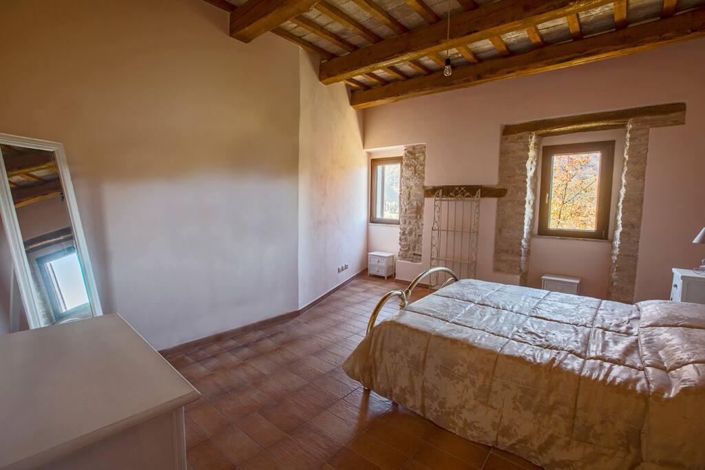 """Camera da letto alloggio  """"Vescia"""" con vista sul Parco Nazionale dei Monti Sibillini"""