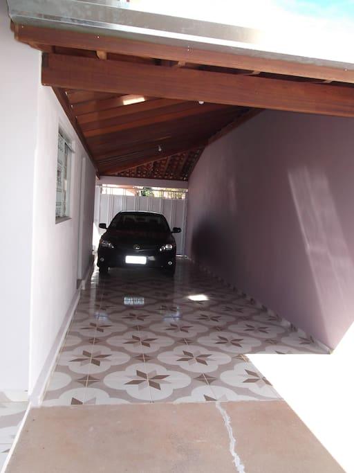 Garagem coberta para 2 carros + 2 carros descobertos.
