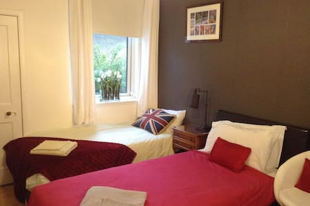 Twin Room with Private Shower Room - Edinburgh - Bungalow