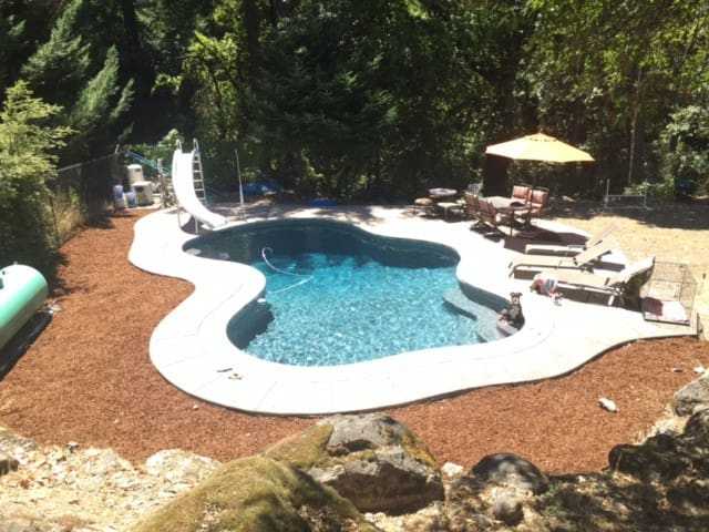 Creekside Home with Pool in Trinity Village - Salyer - Casa