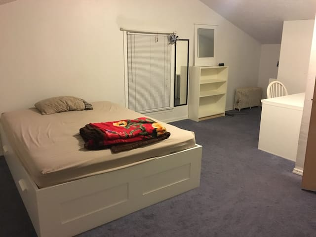 Bright spacious private rm with free parking. - 皮斯卡特維(Piscataway Township) - 獨棟