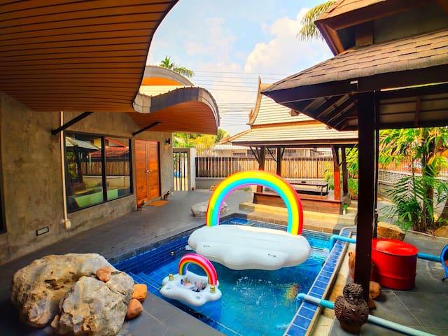 曼谷辉煌区独栋兰纳风格别墅带泳池花园凉亭 大三房两厅两卫 周边繁华交通便利 配有中泰双语保姆每日清洁