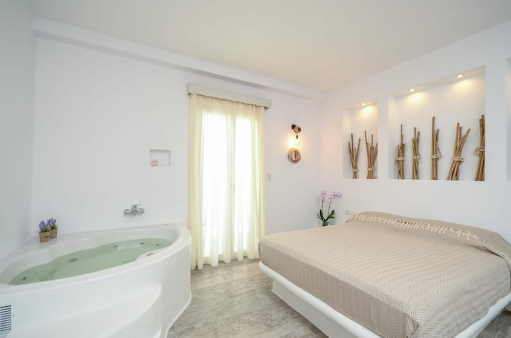 Suite with Indoor Spa Bath close to the beach