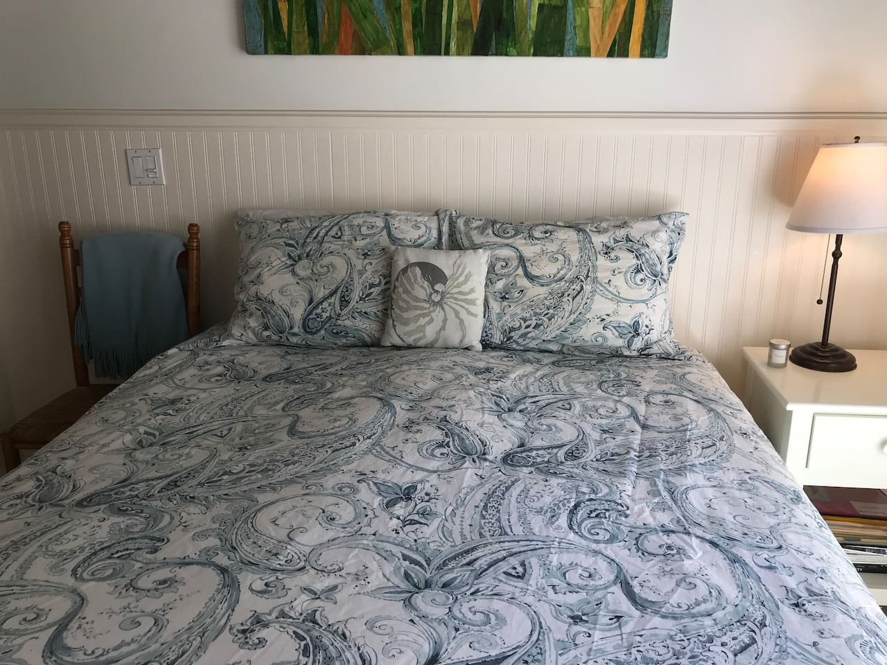 Queen bed with quality linens.