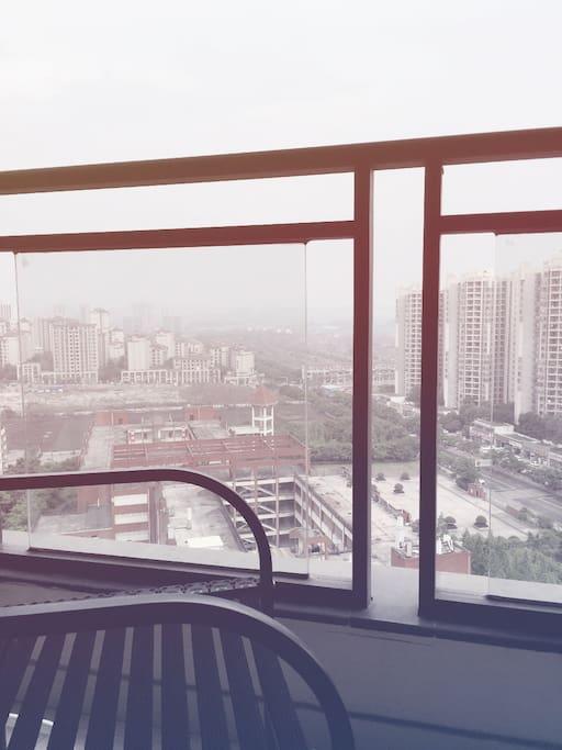 我在窗外看风景…