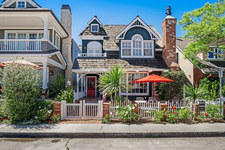 Stunning, dog-friendly beach home on Balboa Island w/ rooftop deck