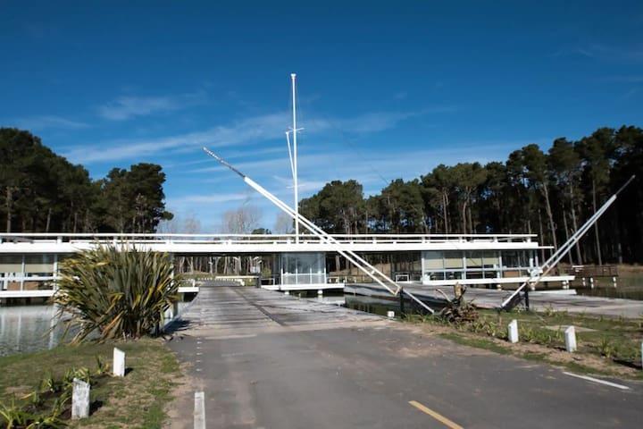 Villa Robles, Pinamar CASA con pileta y laguna