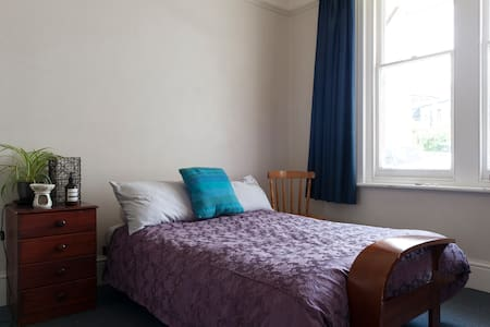Private room, 1km from CBD, great views! - West Hobart - House
