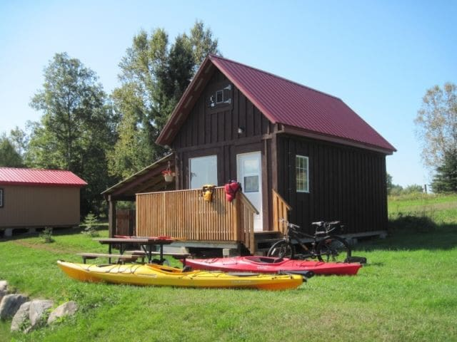 Clean & Cozy, A Couple's only Getaway,River access - Bancroft - Kulübe
