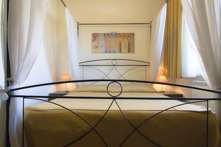 """Camera matrimoniale presso il """"B&B La Terrazza"""" - Aci Castello - Bed & Breakfast"""