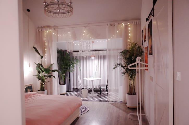 成都东站梵木创意区地铁2号线复式loft顶楼大阳台大床房+独立卫生间+阳光房客厅投影