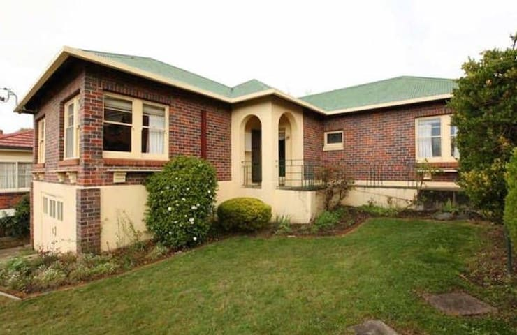 """Alandi"" - 1930s Brick Home - West Launceston - บ้าน"