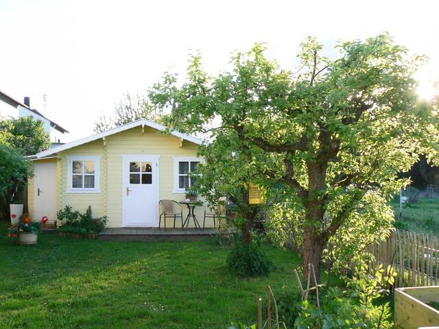 bernachtung im gr nen gartenhaus nahe der loreley blockh tten zur miete in d rscheid. Black Bedroom Furniture Sets. Home Design Ideas