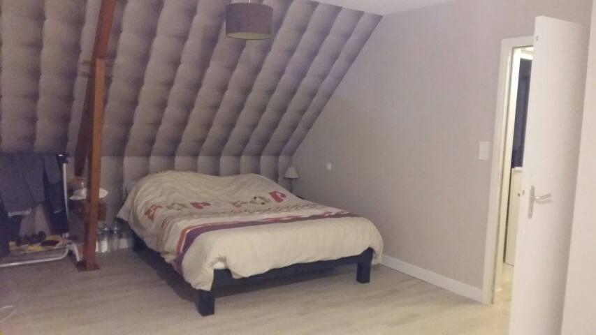 Chambre spatieuse avec balcon - L'Huisserie - 一軒家